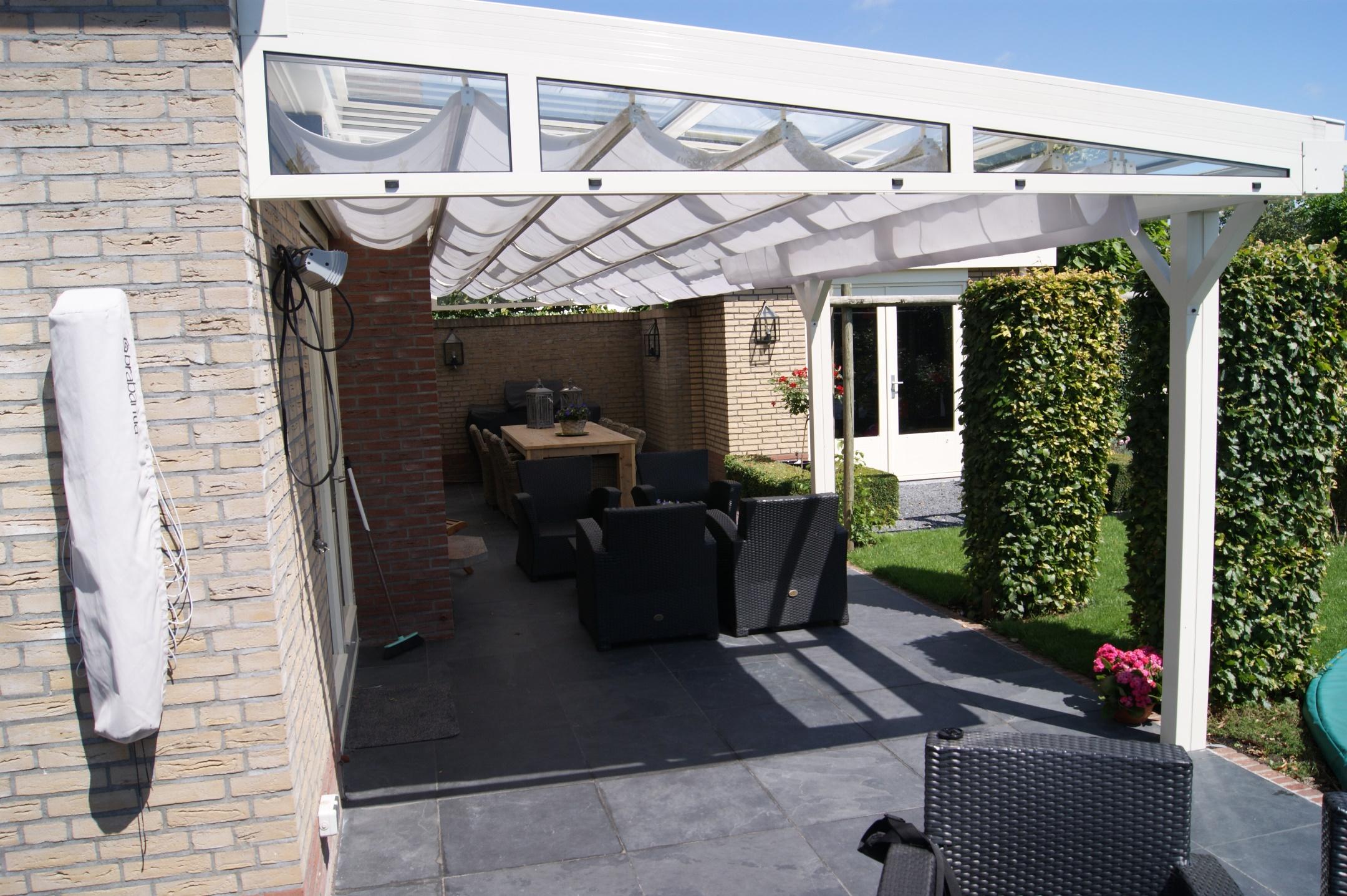 Ittalum overkapping voorzien van een elektrisch schuifdak en een zonnescherm onder het dak